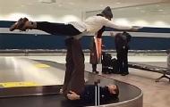 要上天!机场传送带上玩杂技