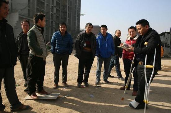 赵家友和工友们在工棚的院子里。