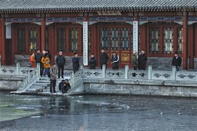 昨日,清华大学事发地点附近,有人在围观。新京报记者 王嘉宁 摄