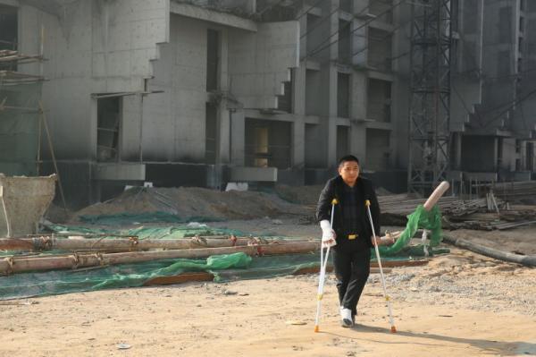 河北定州胜利街建华社区的一个工棚内,重庆涪陵籍农民工赵家友拄着拐杖。澎湃新闻记者 谢匡时 图