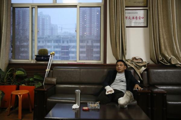 赵家友在定州市劳动监察大队向大队说明情况。澎湃新闻记者 谢匡时 图