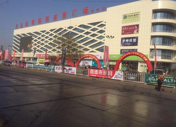 赵家友和工人们承包的定州市东明家具城商业楼如今已经开业正常运营。澎湃新闻记者 李延兵 图