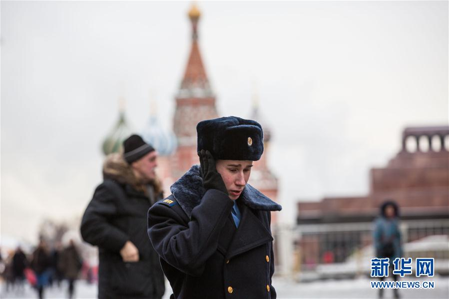 这是1月10日在俄罗斯莫斯科红场拍摄的一名士兵。俄罗斯水文气象局近日发布异常低温橙色预警,告诫莫斯科居民极寒天气会危及生命安全。据统计,目前已有60余人因冻伤被送往医院。新华社记者吴壮摄