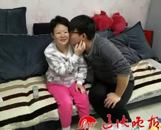 25岁的敖宁在妈妈身边