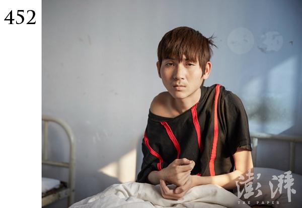452号病人,男,约18岁。2016年9月30日,郑州郑东分局治安二中队把他送到医院。当时,该病人在郑东新区天瑞街在一饭店门口情绪激动、行为异常。