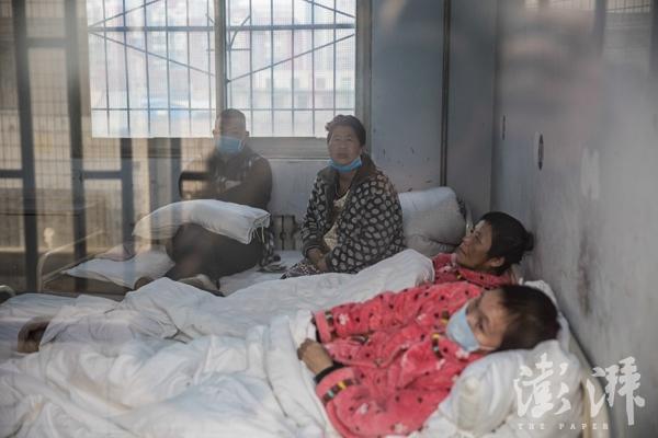 2016年12月31日,河南省郑州市第八人民医院,四位患上传染病的精神病人,被隔离在单独的房间。