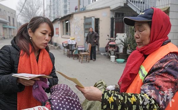 2017年1月1日,河南郑州,宋珍明正在向路人发放寻人启事,寻找父亲的下落。