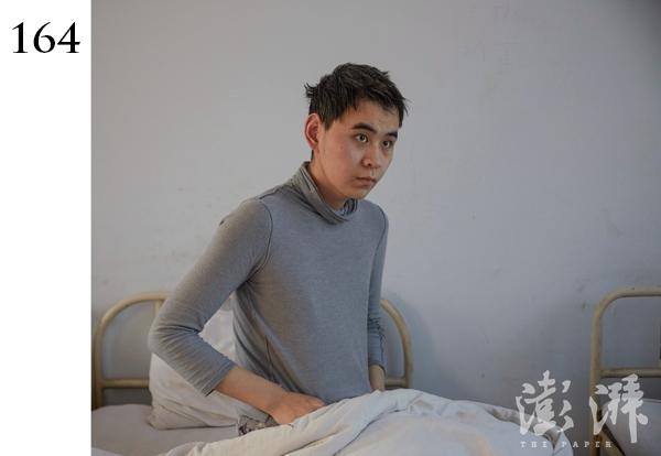 """164号病人,男,约32岁。于2014年11月18号由郑州市桐柏路办事处送入。患者在外言行异常,攻击他人。入院以来不能有效交流,多以""""不知道""""作答。"""
