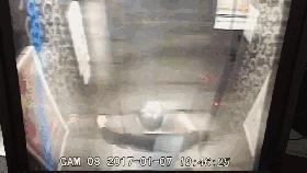 维修工到达现场后,经过十多分钟的维修,电梯门终于被打开了,但令人惊讶的事情发生了。