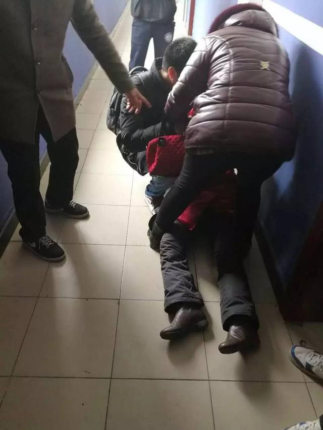 1月8日清晨,在郑州市连云路与贺江路路口发生了一起惨烈的车祸,一名赶着去考试的16岁高二女生,过马路时遭一辆右转的重型环卫车轧过,当场身亡。