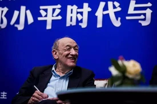 """2013年4月24日,欧美同学会在北京举行""""邓小平时代与未来三十年""""论坛,《邓小平时代》作者、哈佛大学费正清东亚研究中心前主任傅高义教授(Dr.Ezra Feivel Vogel)演讲并座谈。视觉中国供图"""