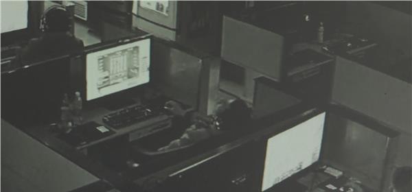 9日凌晨,一男子在常州市一家网吧连续上网近十八个小时后,突然昏迷,网吧人员巡查发现时该男子已经没有了呼吸。