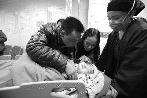 3岁多的小辛怡昨天在首都儿科研究所附属儿童医院接受分流管手术。北京晨报记者 李木易/摄