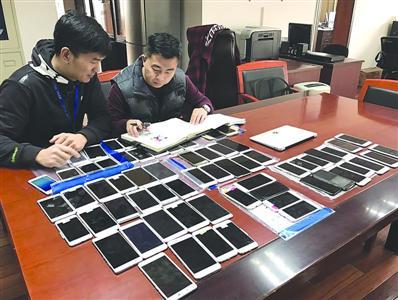 警方收缴的来路不明的iPhone手机 /警方供图