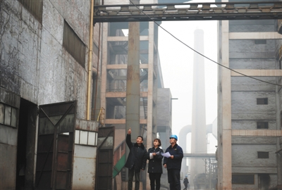 2016年12月20日,河北邢台,环保局执法人员在一家钢铁企业进行环保督察。图/视觉中国