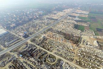 """周至县107省道马路两边都是卖景观石的商家,当地人把这里叫""""石头村"""""""