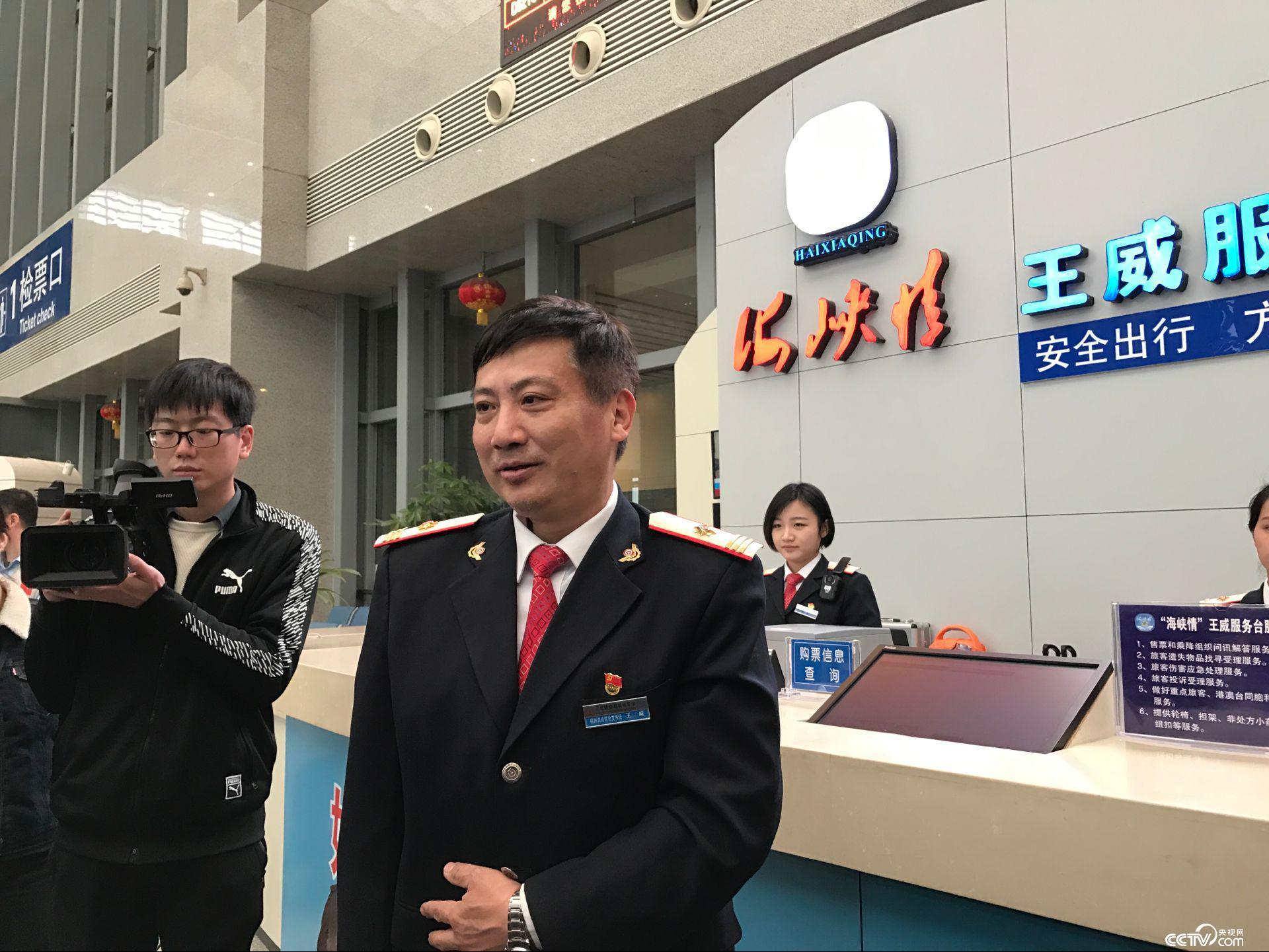 如何让旅客走好成了王威服务台的新目标。(孔华/摄)