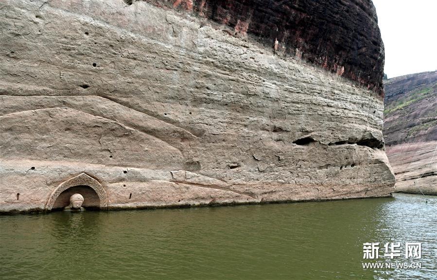 (2)这是露出水面的佛头及周边遗迹(1月8日摄)。