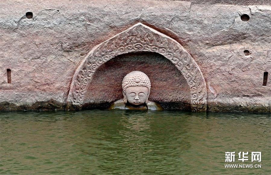 (4)这是露出水面的佛头遗迹(1月8日摄)。