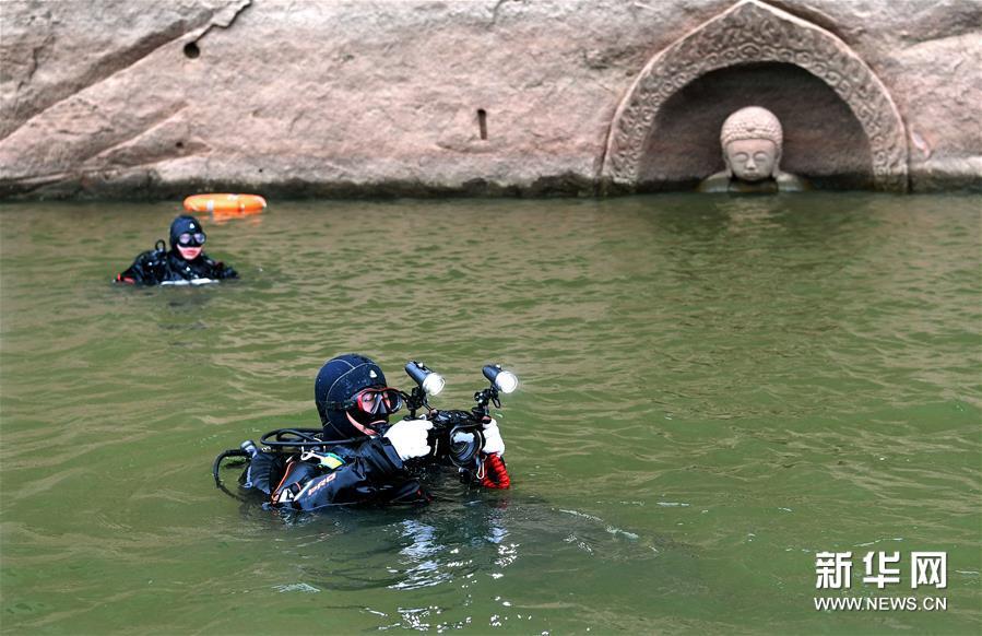 (6)考古人员在进行水下考古探测工作(1月8日摄)。