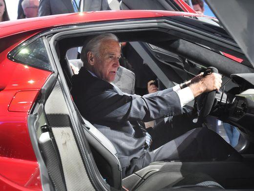 在被问及对自动驾驶车作何评价时,拜登表示,它们代表汽车行业的未来。在参观期间,拜登还坐进几款新车内,亲自乘坐体验。