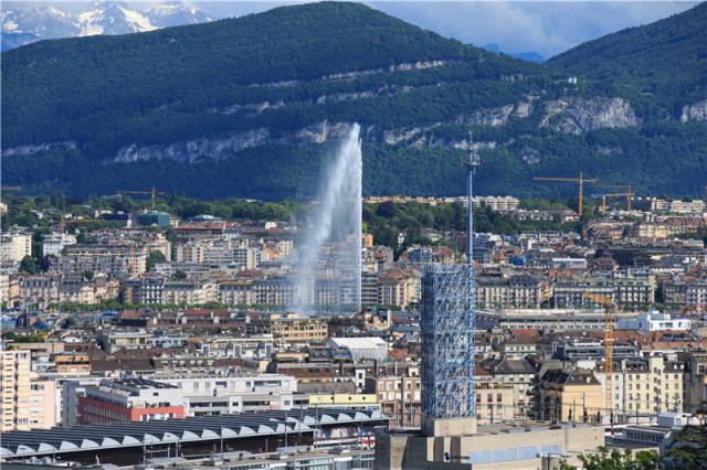 这是2016年6月17日拍摄的瑞士日内瓦的大喷泉,日内瓦湖上的大喷泉是日内瓦的象征。新华社记者 徐金泉