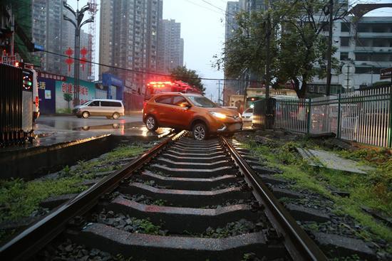 7点45分,消防官兵到达现场后,发现一辆橙色越野车被困在铁轨上,前后轮胎都与铁轨表面接触,失去行动能力。铁路调度室的工作人员告诉消防官兵,8点过将会有火车驶来,最好能够尽快将越野车救出,避免发生碰撞事故。