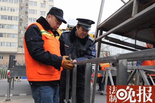 法制晚报讯 (记者洪雪)2016年12月,因存在卖淫嫖娼活动的丽海名媛俱乐部被北京警方查封。今天上午,法晚(微信公号ID:fzwb_52165216)记者获悉,该俱乐部的广告牌因未审批,海淀城管于1月6日将该广告牌拆除。