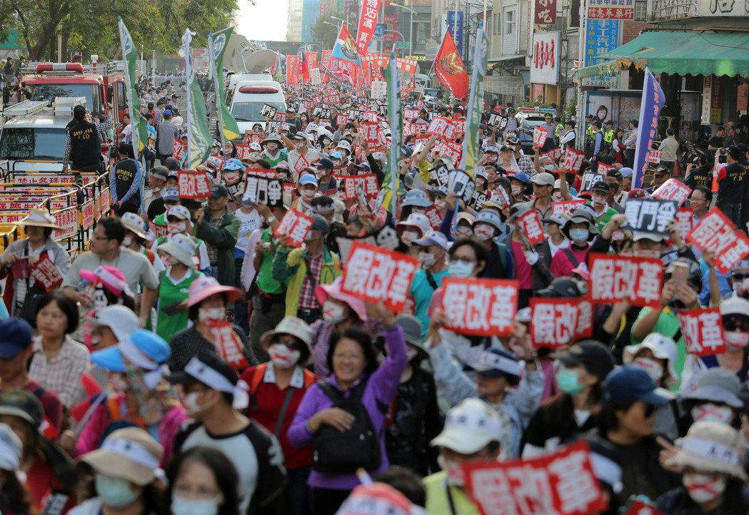 台湾拟出台新规教师65岁才退休,遭家长抗议。(图片来源:台湾《联合报》)
