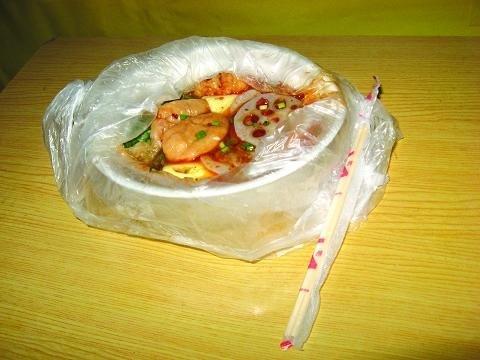在掃把上套塑料袋,女同胞應該比較清楚這樣使用的好處。