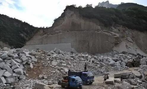 """可是,在巨大的利益驱动下,发生了真实版的""""愚公移山"""":当地因长期采石,环境严重破坏,山体支离破碎,满目疮痍,而且,违法采石仍在继续。"""