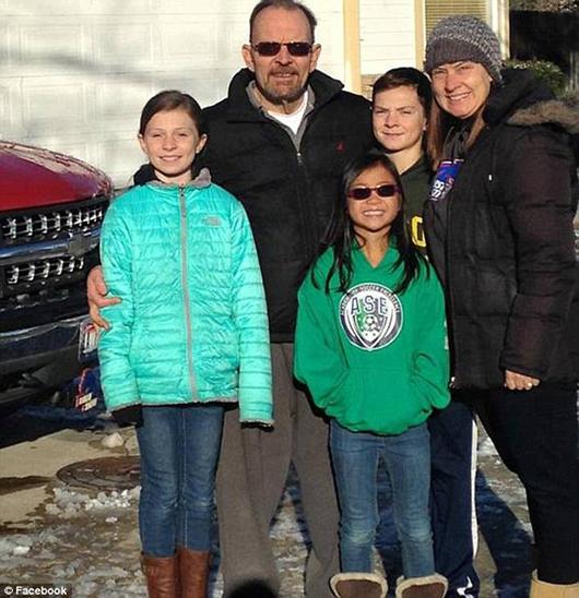 图为格雷西与她的家人。她有两个哥哥和一个姐姐