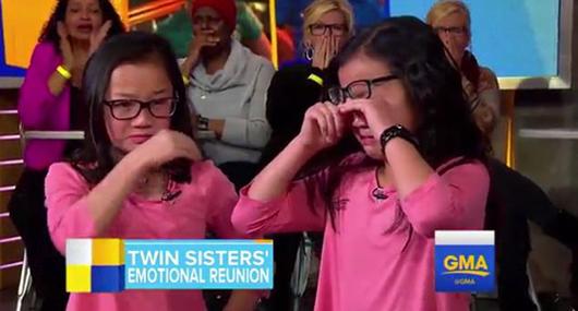 两个家庭为两姐妹分别做的成长记录,两人几乎一模一样。