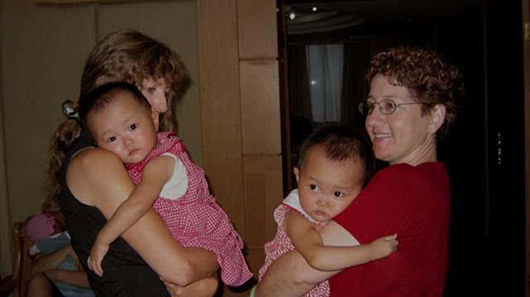 还有一对双胞胎姐妹状况相似:2003年的一天,有人在中国的一个村子里发现一个纸箱,里面是一对双胞胎姐妹,她们被送往当地福利院。很快,一对美国夫妇和一对挪威夫妇分别领养了两姐妹,两姐妹开始了完全不同的人生轨迹。在她们6岁那年,双方父母的带领他们相遇了。