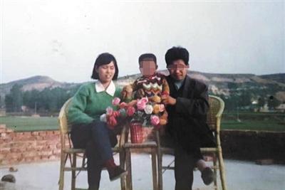 李莲与家人合影。