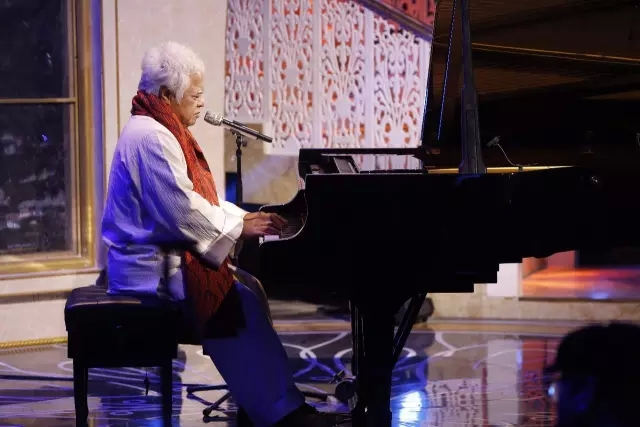 国际钢琴家李云迪献上了天籁般的钢琴伴奏,在他琴声的熏陶下,朗读者感情更充沛地读着美丽的篇章,听起来让人心旷神怡。李云迪也朗读了一段与音乐有关的文字。