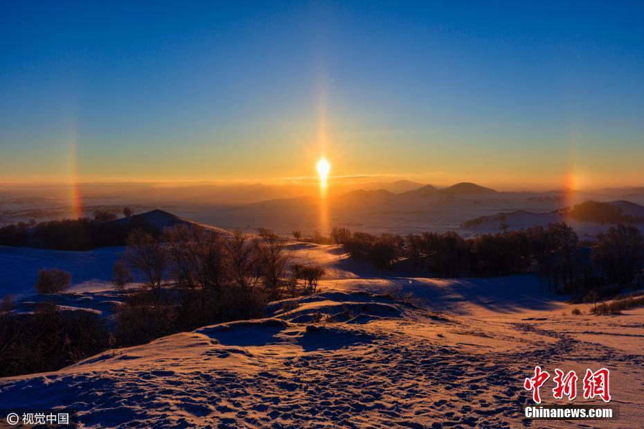 2017年01月12日,内蒙古自治区赤峰市,三九极寒天气下,日出后出现幻日现象。开始是太阳右边出现酷似彩虹的光带,十分钟后,太阳左边也对称出现这样光带,仔细看好似有三个太阳。人们会把幻日当作一个吉祥的征兆。来源于在1461年英国玫瑰战争期间,爱德华伯爵看到幻日后他鼓舞军队说这是一个吉祥的征兆,士气大振,并最终获得了战斗的胜利。视觉中国