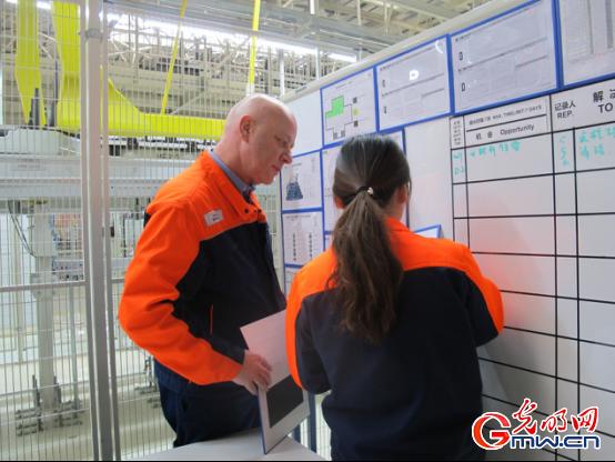 图为大庆沃尔沃汽车工场的外籍教授正在领导功课 灼烁网记者张琳/摄