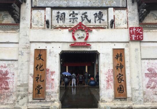 """2016年是农村文化礼堂建设被纳入浙江省政府""""十件实事""""的第四年,超过6500个文化礼堂在全省农村里遍地开花。如今,越来越多的农村文化礼堂不仅成为村民文化娱乐活动的场所,也成为传承文脉记忆的""""乡愁基地""""和凝心聚力的 """"红色殿堂""""。"""
