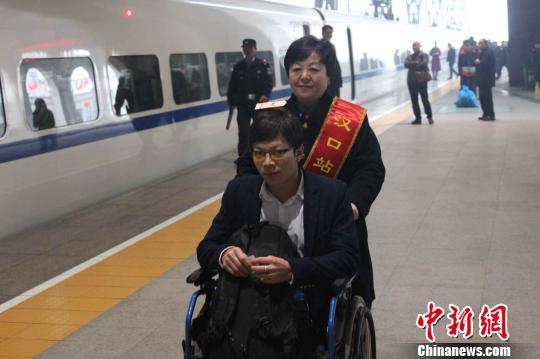 """汉口火车站退休劳模""""从新上岗"""" 韩义强 摄"""