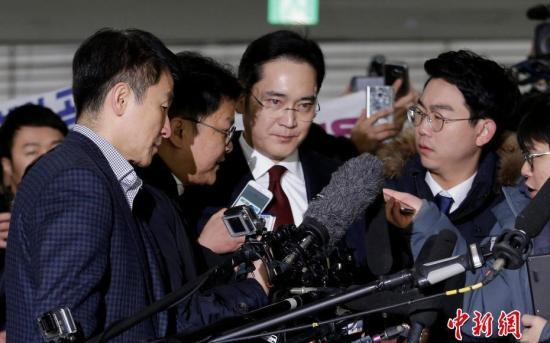 韩国三星集团掌门人李在�F被以行贿嫌疑人身份遭到检方传唤。