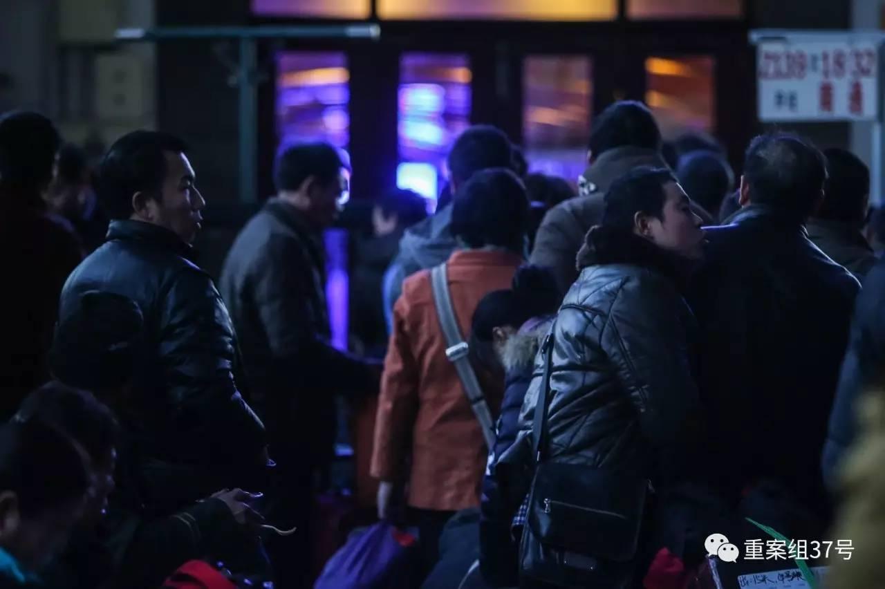 1月13日,正在执勤的反扒民警王文升,身着便衣穿梭于北京站候车厅的人群中。 新京报记者 彭子洋 摄