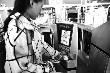 昨日,在西安北站乘高铁的乘客会发现,自助验票机需要识别人脸,票证人合一才会打开进站闸门。
