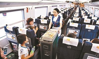 杭州至南京的高铁,列车员在卖盒饭 供图/东方IC