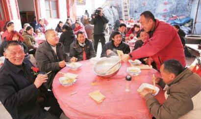 在张楼村的喜宴上,新郎自家亲朋只能吃一顿饭,且这顿饭只有一个菜。 本报记者 黄广华