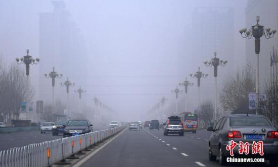 石家庄遭遇严重雾霾天气。 中新社记者 翟羽佳 摄