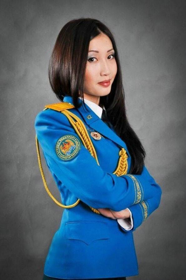 中国一邻邦女兵个个丰满健硕 拿起枪帅气迷人_火狐军事  第1张