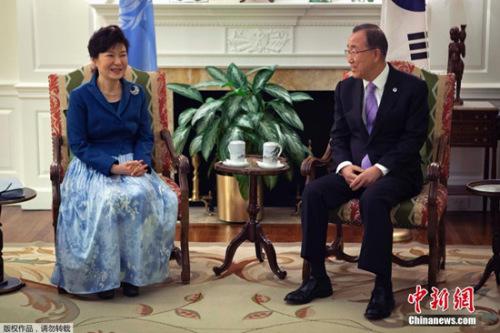 潘基文于当地时间12日下午抵达韩国,结束联合国秘书长的10年任期。13日接受媒体采访时表示,潘基文表示,朴槿惠是一国元首,考虑致电向其问候。