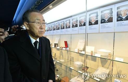 原文配图:1月15日,潘基文参观在位于韩国平泽市的天安舰展示馆。