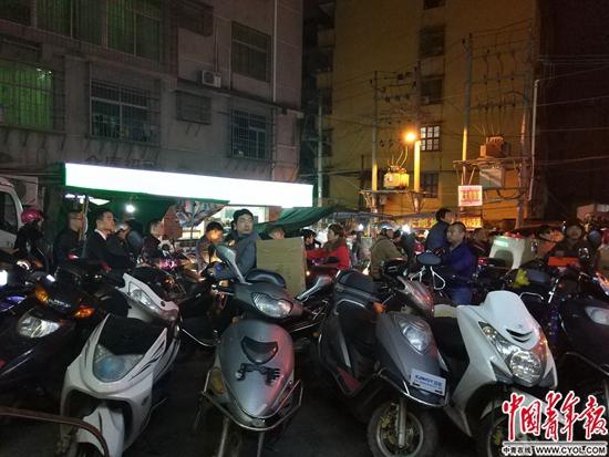 1月11日23时许,与安福电商城一条马路之隔的某地下仓库路口,来此提鞋、送鞋的商家骑着摩托车,路口一时拥堵 卢义杰 摄
